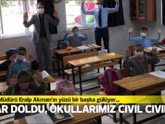 """Müdür Akman'ın yüzü bir başka gülüyor…  """"SIRALAR DOLDU, OKULLARIMIZ CIVIL CIVIL OLDU"""""""